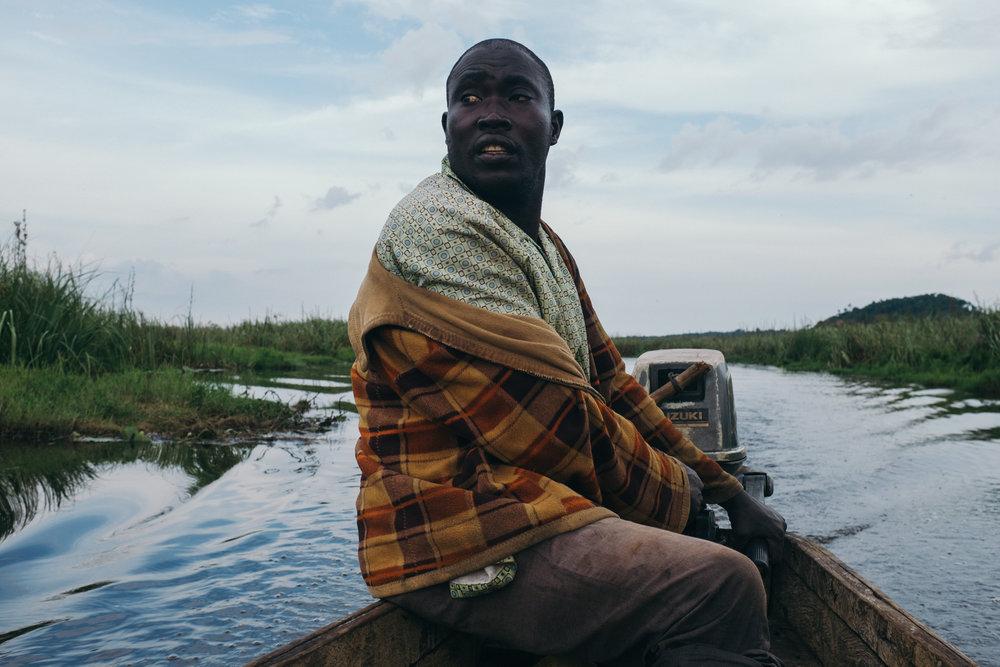 ©TomWoollard_Yunus-Social-Business_Uganda-editorial-african-river-boatman-taxi-bussi-island.jpg