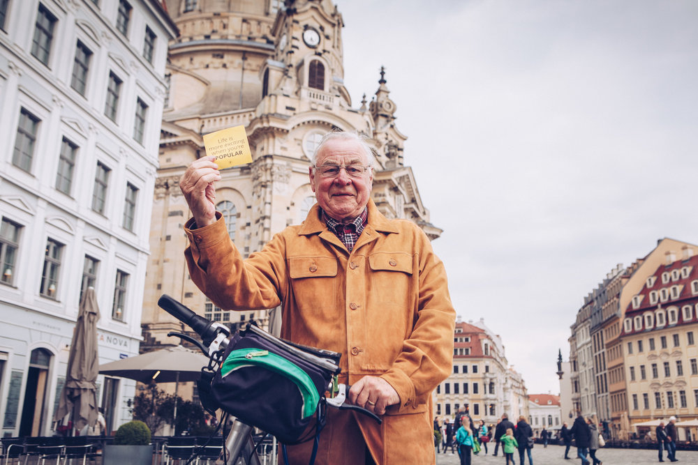 ©TomWoollard_editorial-lifestyle-portrait-senior-man-with-bicycle-holding-sticker_Dresden.jpg