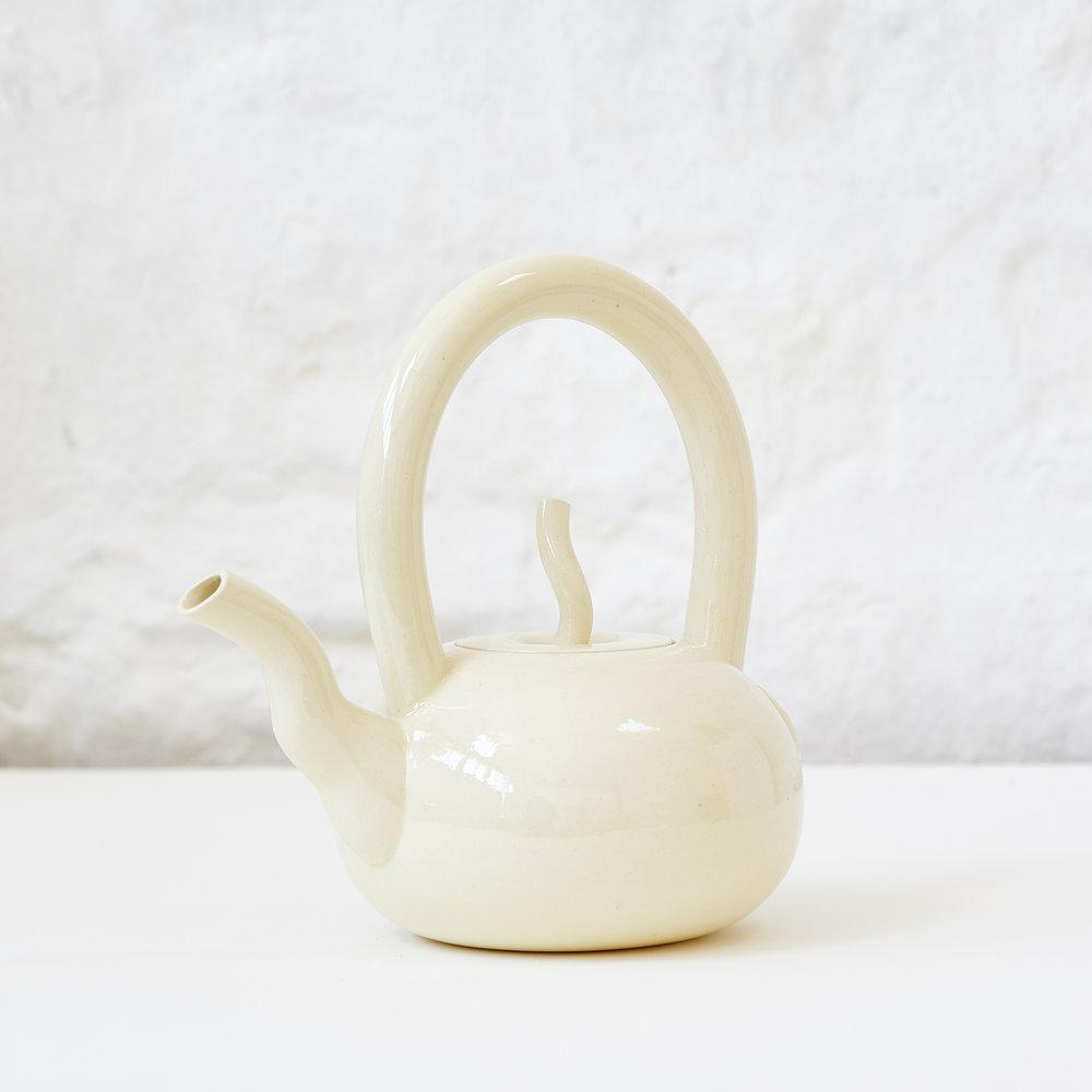 <h2>White Teapot - H17 x W16.3cm </h2>