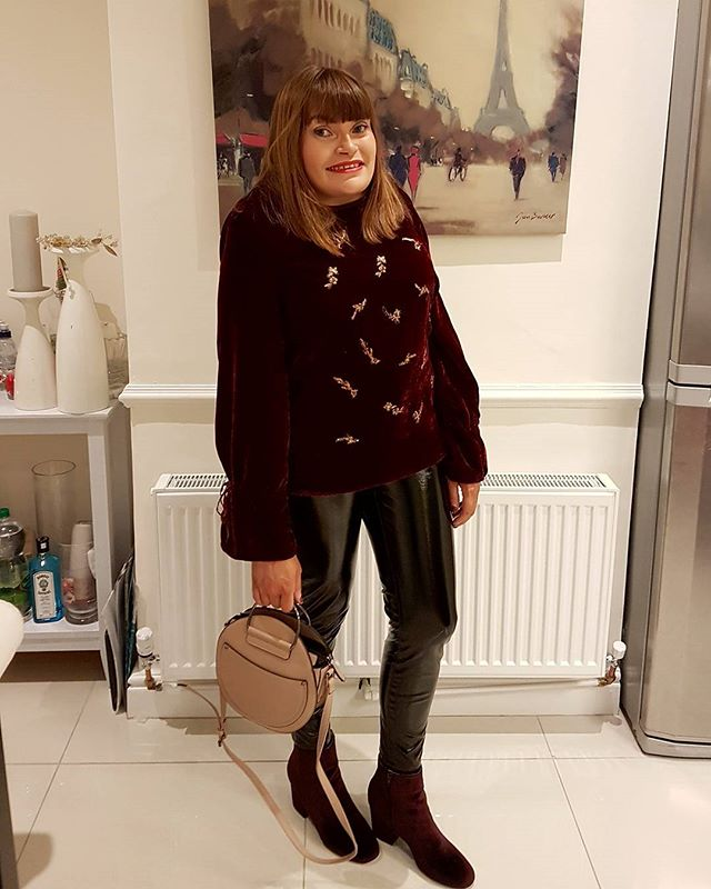 Last night's outfit all from @primark. I went with my velvet top and vinyl trousers for a few casual scoops #fbloggers #Primark #style #dublinblogger #mystyle #fashion #irishstyle #igsfashion #instafashion #bubblesbeautyblog #iblogger #ootn #saturdaynight #velvettop #irishblogger #outfit #december #christmastime #burgundy #vinyltrousers