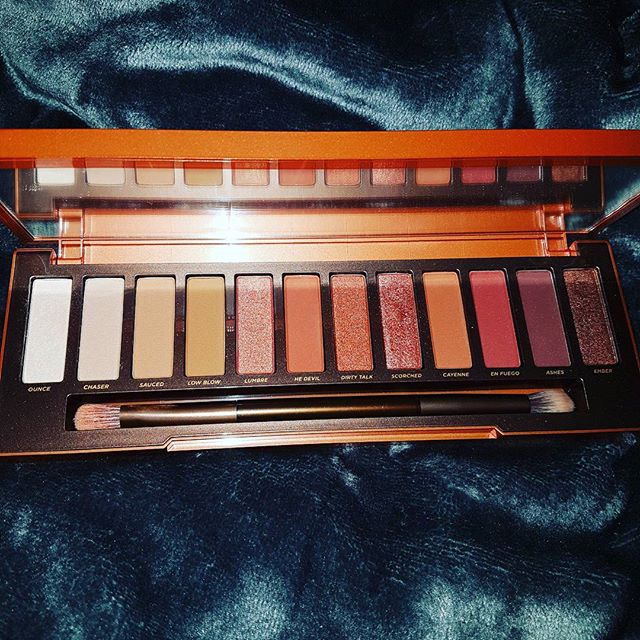 Working on some new bits 🤓 #bubblesbeautyblog #dublinblogger #eyeshadows #iblogger #UrbanDecay #makeupaddict #makeup #bblogger #sundayfunday #eyepalette #beautyproducts #beautyjunkie #blogger #irishblogger #nakedheatpalette