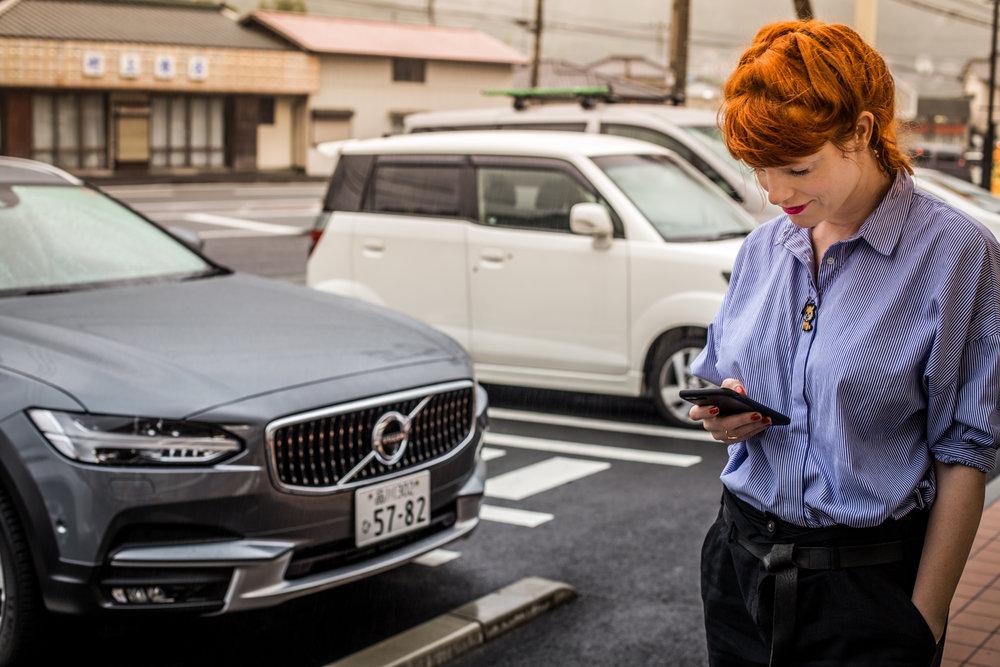 Die SMS neben dem Auto schreiben, nicht hinter dem Steuer.