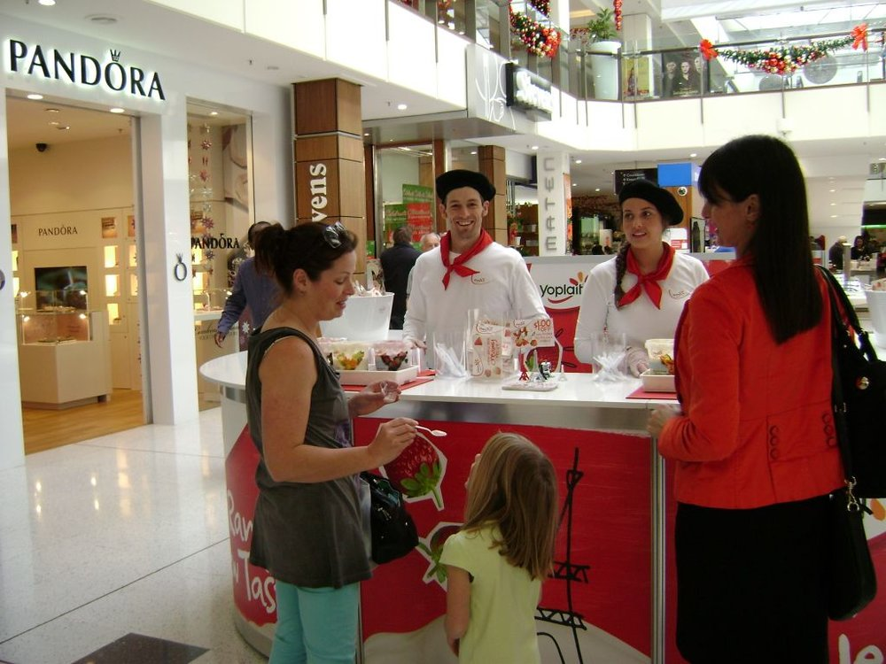 The curved demonstration table gives maximum space and a stylish look for this sampling activation.
