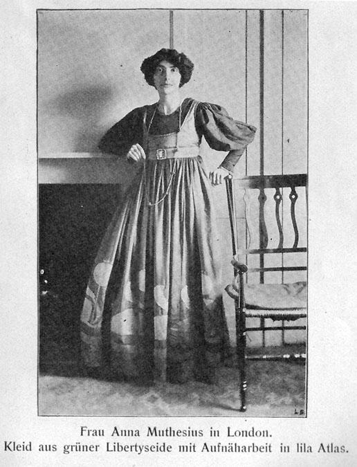 Reformkleider verzichteten auf geschnürte Wespentaillen und orientierten sich stärker amn echten Silhouetten.