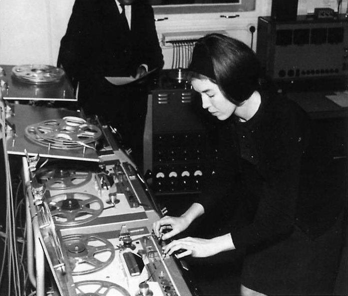 Delia Derbyshire  war eine Pionierin der elektronischen Musik. Legendär ist das Album  An Electric Storm  ihrer Band White Noise.