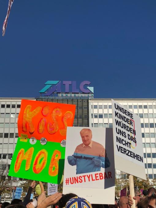 Eine unübersehbare Vielfalt von Positionen bei der #unteilbar-Demo am 13. Oktober 2018 in Berlin.