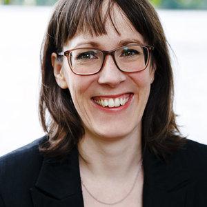 Beatrix Schwarzbach hat an der Universität Regensburg Mündliche Kommunikation und Rhetorik studiert und sich zur Sprecherzieherin (DGSS) weitergebildet. Sie hat sich auf angewandte Rhetorik für Frauen spezialisiert.