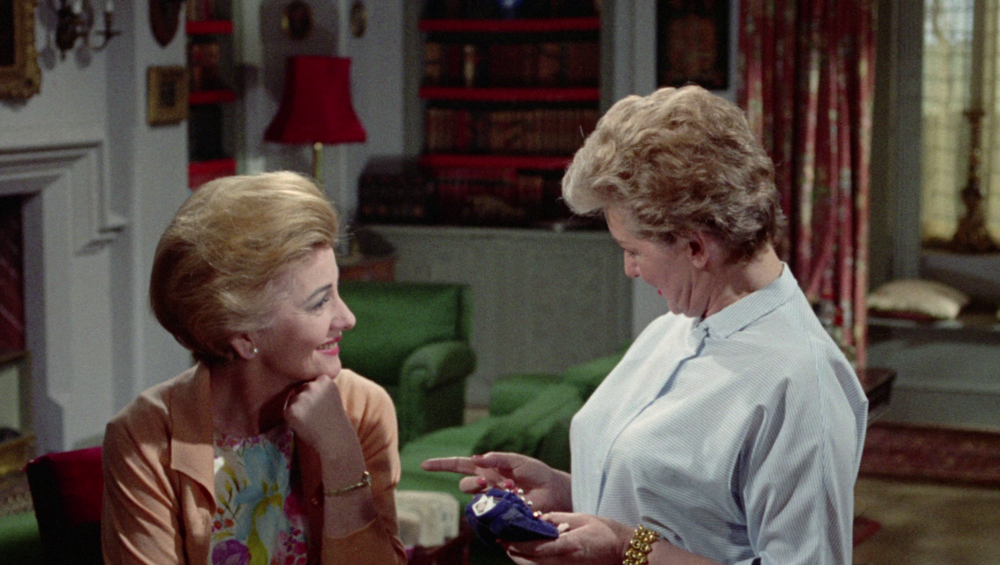 Gwen und Stephanie unterhalten sich angeregt im Wohnzimmer der Baxes. Oder ist hier ein Flirt dabei? Stephanie zeigt sich an der gefundenen Voodoopuppe wissenschaftlich interessiert; Gwen ist sich nicht so sicher, ob es nicht doch Hexerei gibt oder sie nur ihrem Trauma aufsitzt.