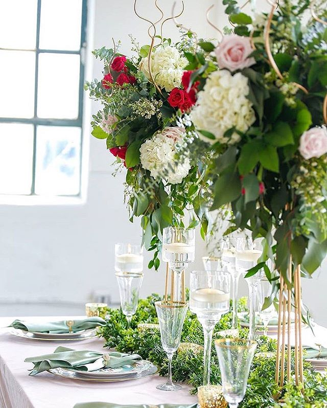 Elegant holiday party goals! . . . 📷: @raekadephotography 💐: @floraleventshouston