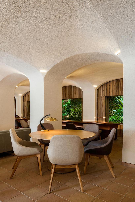 isay-weinfeld-green-spot-restaurant-barcelona-interiors-designboom-05.jpg