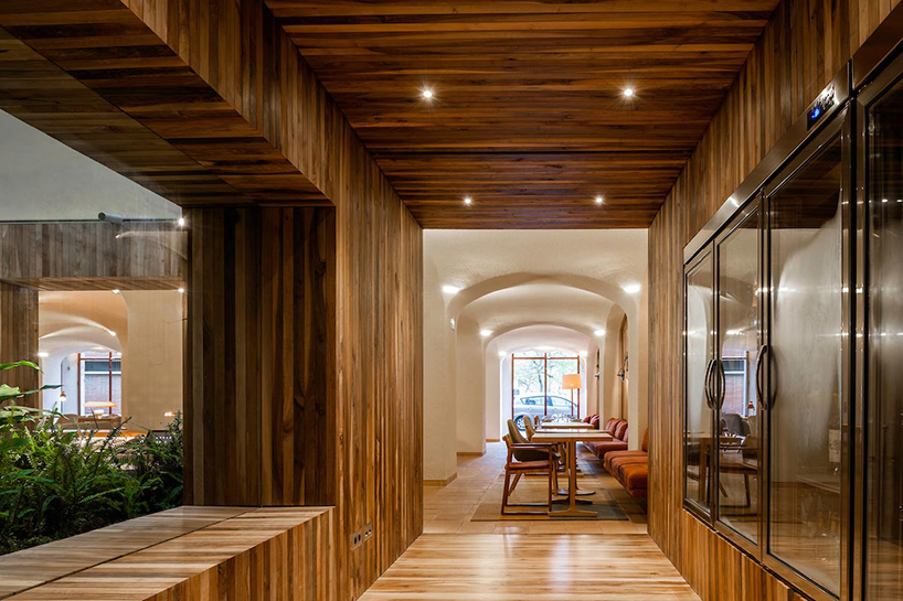 isay-weinfeld-green-spot-restaurant-barcelona-interiors-designboom-02.jpg