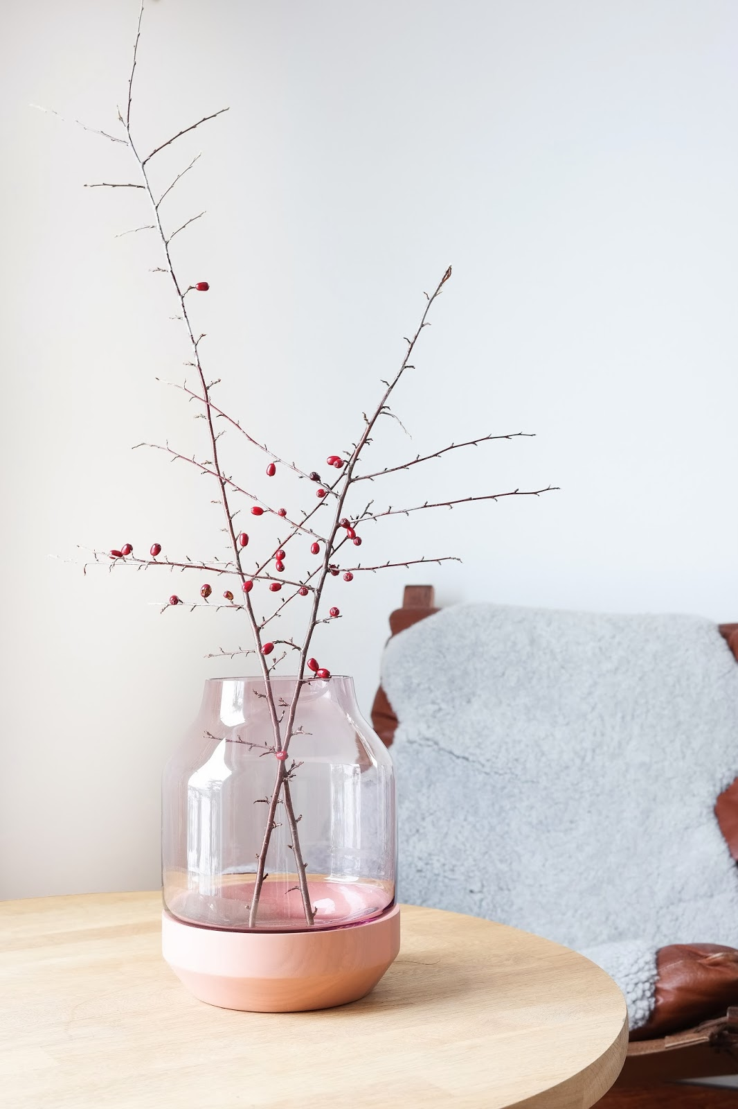 Muuto_elevated_vase_skinnfell_ludde_