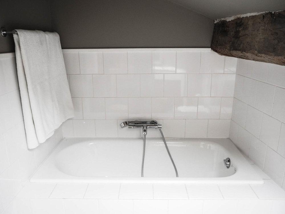 camellas-lloret-maison-d'hotes-room-3-bath.jpg