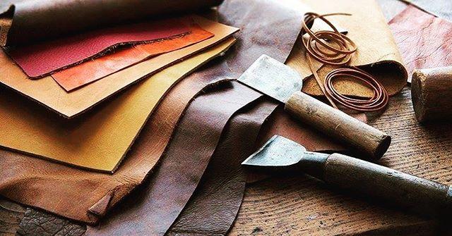 #leather #sophiticated #classic 🔥 💜 Car Fresher  Launching soon this July💚 #CAR #AIR #FRESHER 💌 New Standard Kit from the MARK WHALE collection - Made in Korea - available at #TORAVY ❣️ 100% nước hoa được sản xuất sang trọng với màu sắc khác nhau của da bò Ý.🐮🇮🇹 💚 Tối ưu hóa trang trí nội thất và tăng sự sang trọng của chiếc xe của bạn. 💁🏻Bạn có: 4 Các lựa chọn màu sắc bao gồm: 🖤01: Classic Black (블랙) 🍂02: Elegant Brown (브라운) 🕌03: Graceful Beige (베이지) 🔶04: Vivid Orange (오렌지) ♨️ Tất cả đều được chế tác một cách cẩn thận, tinh tế và được sử dụng để chèn ống dẫn bên trong xe, cung cấp sự tiện lợi để điều chỉnh vòng quay theo hướng của tuyere. 💁🏻4 Lựa chọn Pure Essential Oils (Organic vegetable oil)  Nước hoa 100% được sản xuất sang trọng với màu sắc khác nhau của da thật chất lượng cao của Ý 🍋01: Fresh Grapefruits 🍑02: Sweet Peach 🌧03: White Musk ☁️04: Silky Cotton 💰Price : 1.000.000k ❌còn : 800.000k + Freeship Hanoi khi like Page Toravy & Toravy Media và share link 🙏🏻 Cách sử dụng : https://vimeo.com/276169749 💚TORAVY - Something new but something different _ ☎️Phone( Viber/Zalo) : +8496 186 5500  #travel #homestay #pictureoftheday #dog #cat #house #rent #cloud #sun #hot #daily #business #man #woman #spirit #go