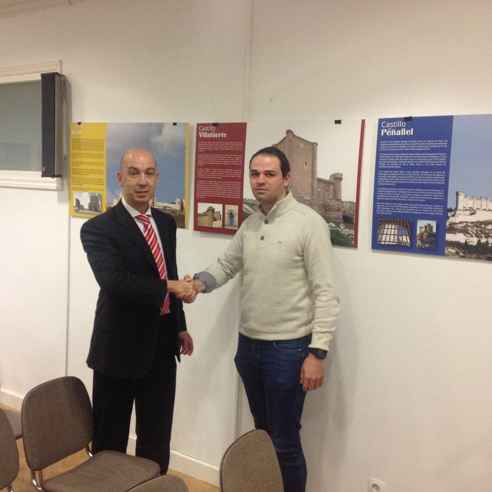 Francisco Vargas, Product Manager de Turismo y Miguel Ángel Bru de Castillos de España cerrando el acuerdo para 2017