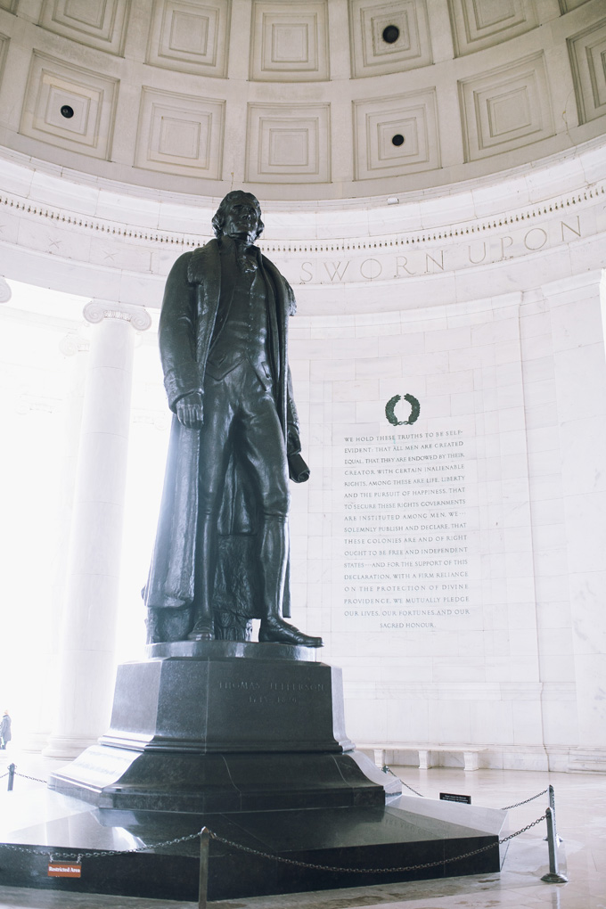 Jefferson-Memorial-Statue.jpg