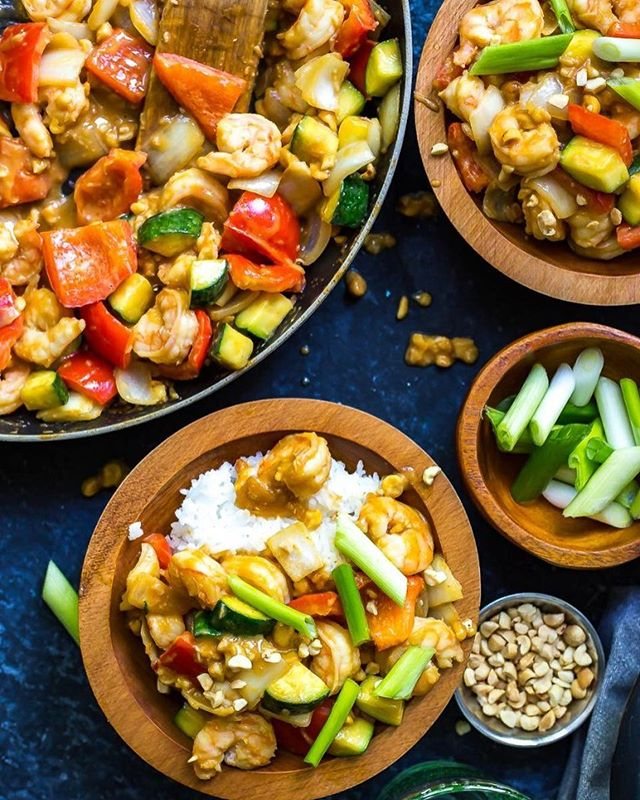 Monday dinner will be a cinch with this super simple 30-Minute Kung Pao Shrimp stir-fry. Just switch up the veggies with whatever is leftover in your fridge and you've got a delicious and healthy dinner ready to go. Shrimp, peppers, zucchini, peanuts (of course!), and jasmine rice in a delightful homemade Kung Pao sauce…this recipe is a keeper. This delicious meal is made in partnership with my awesome friends at @peanutscanada ☺️ Enjoy the link to the recipe in my bio👆🏼! #ad