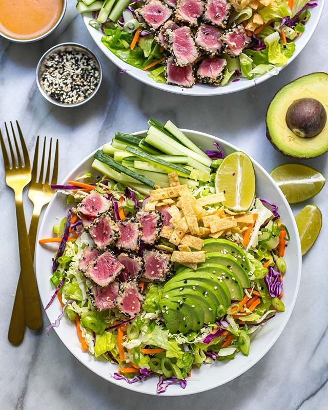 Okay, this Sashimi Tuna Salad with Carrot Ginger Dressing is literally to die for 😍. The salad is sort of my own version of the one at Joey's (SO GOOD!) and BONUS the whole meal is gluten free!! I think I could eat this salad every day of the week 🥗...I'm seriously not kidding!! Check the link in my bio for the recipe!💃🏻