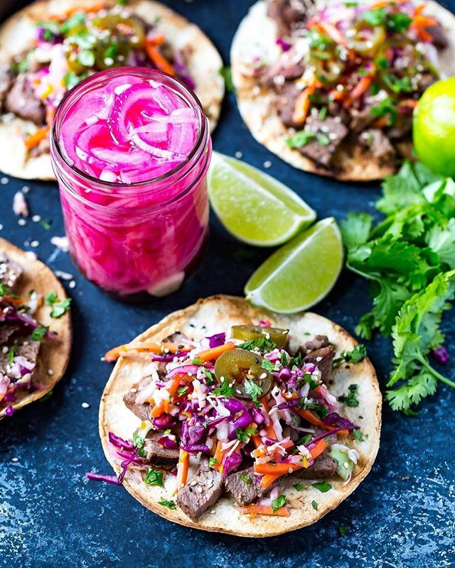 Looking for the perfect end of the summer meal to host friends at the cottage or out in the backyard?? I've got you covered🙋🏼! These Kalbi Beef Tacos are the perfect meal for hosting a delicious and healthy dinner🌮. The tacos are seasoned with sesame oil for an Asian-inspired flair, then topped with a delicious citrus slaw, pickled red onion, and jalapeños! Ok, YUM😍! Check out my bio for the recipe🙌🏻