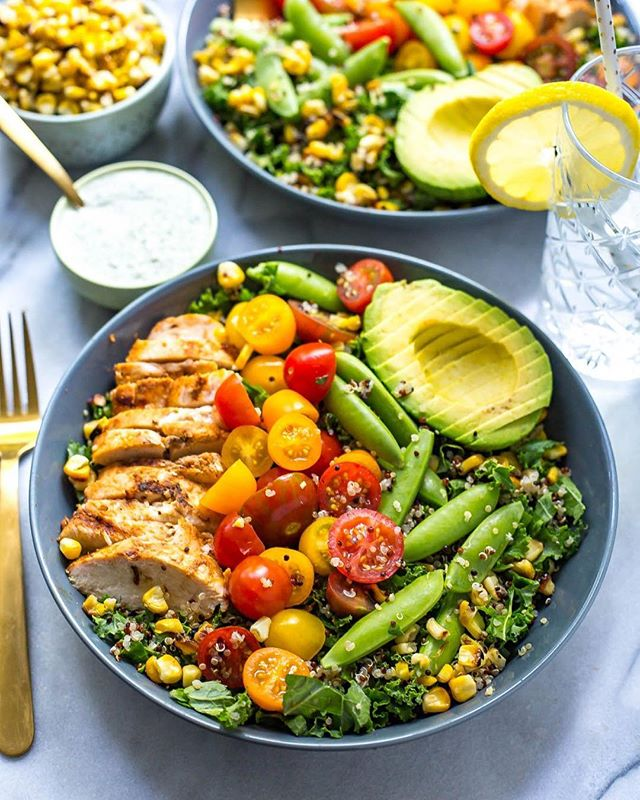 Get ready for my all time favourite healthy grain bowl🍴! These Chicken Ranch Kale & Quinoa Bowls are loaded with summer veggies and topped with a super low calorie homemade dressing that's simple to make and delicious to eat! What could be better🤷🏼‍♀️?? Check out my bio for the recipe👉🏻