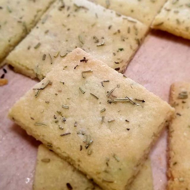 Check out these amazing buttery rosemary crackers - totally Keto!! - from the talented @ketomena  The full recipe is in her post. I saved it to make tonight to satisfy that crunch I've been craving!
