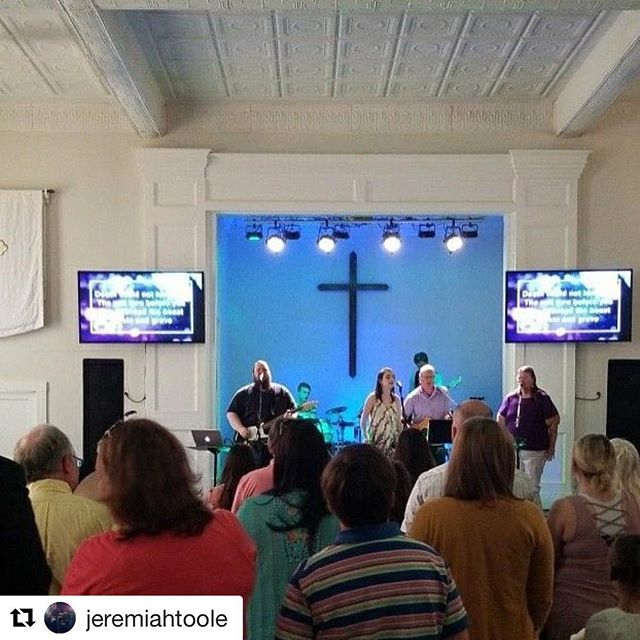 #Repost @jeremiahtoole (@get_repost) ・・・ Man, we had a great Easter at Thrive this morning! You can't tell from this photo but we were packed out as we sang and celebrated that Jesus is alive. Happy Easter from all of us at Thrive and Hueytown First. . . . #easter #easter2018 #thrive #thrivehueytown #hueytownumc