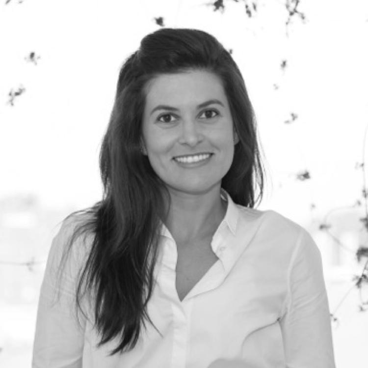 Diana Rodriguez Gomez,  Education Lead   Diana es una profesora asistente en la Facultad de Educación de la Universidad de Los Andes, en su ciudad natal de Bogotá, Colombia. Tiene un Ed.D. en Desarrollo Educacional Internacional con un énfasis en Derechos Humanos y Educación para la Paz de la Escuela de Educación de la Universidad de Columbia. Sus intereses académicos y de enseñanza gravitan alrededor de las intersecciones de la violencia y la educación en Latinoamérica. Diana investiga y aprende a partir de un enfoque etnográfico que incluye métodos visuales, su investigación ahonda en los procesos sociales que vinculan las políticas globales y nacionales a las prácticas en el aula en contextos afectados por la violencia.