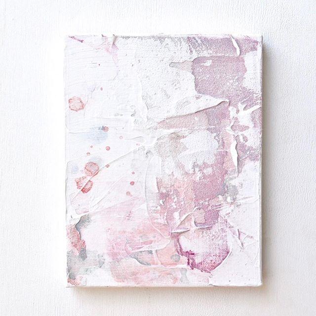 展示中の作品をご紹介します。【No.2】 . 昨年の夏に取り組んでいたMini Paintingシリーズの一枚です。 . 色をのせて、乾かして、拭き取って消す、という作業を繰り返して描いた作品なのですが、手を動かしているうちに「消しても完全には消えない」ことが気になり始めました。 . 消えないで残った絵の具は、こびりついた汚れや染みのようで、そのひとつひとつはきれいと言えるものではありません。ところが、完成して全体を眺めてみるとどこか味わいある絵になっている。私はそれを「美しい」と感じました。 . 「汚れ」や「染み」のようなネガティブなものは、どうにかして消し去りたいと思う対象ですが、完全には消えないものです。「汚れ」「染み」を「傷」「つらい記憶」と言い換えることもできるでしょう。 . 以前に、とても悲しい体験をした友人に「傷ついた心はどうなるのか」と問われたことがあります。慰められることはあるが、傷が消えることはない、と。 . 私は絵を描きながら、その答えを見つけたような気がしました。消えないものを消し去ろうとする行為も含めて、すべて美しく、いとおしいものなのだと思います。 . . . 作品の詳細は @clouds_art_coffee までお問い合わせください。 . Untitled_jul25182 Watercolor and gesso on canvas. 14×18cm . ::Now on display at the gallery:: Please contact @clouds_art_coffee , If interested. . #abstractart #抽象画