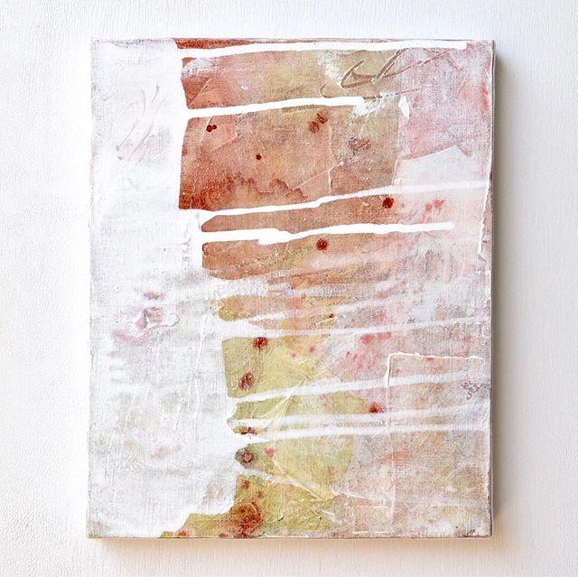 展示中の作品をご紹介します。【No.3】 . 一昨年に描いた作品です。今回出品した中で一番古い作品ですが、今でもとても気に入っています。 . そういえば、以前にこの作品を「アイシングがかかったお菓子みたいで美味しそう」と言ってくださった方がいました。 . その白いアイシング?ですが、この色をのせるまで、実はだいぶ悩みました。 . 最後に何か大胆なことをしたいな、色はどうしようかな、と考えていた時に、直感で「白!」と浮かんだのですが、頭でそれを否定して、あれこれ考えすぎて一度手が止まってしまいました。 . 数日時間を置いて、最終的に心の声を信じてみようと、白を選んで絵の具をのせた時、何か特別な高揚感がありました。正解にたどり着いて、ヤッほぅ!という感じです笑。その感覚は今も覚えています。違う色にしていたら、同じように感じたか分かりません。 . その時直感の偉大さを思い知りました。今までどれだけその声を排除して聞き逃してきたかと思うと、ちょっと怖いくらいです。 . 頭でよく考えることも、もちろん大切ですが、頭のおしゃべりは時々うるさすぎることがあります。いろんな声の中から、いつでも自分にとって本当に必要な声を選べるようになりたい、この作品をきっかけに、より強くそう思うようになりました。 . . . 展示中の作品はギャラリーに来られない方も、ご購入いただけます。気になる作品がございましたら、 @clouds_art_coffee までお問い合わせください。 . Untitled_nov15171 Acrylic, watercolor and gesso on canvas. 22×27.3cm . ::Now on display at the gallery:: Please contact @clouds_art_coffee , If interested. . #abstractart #抽象画