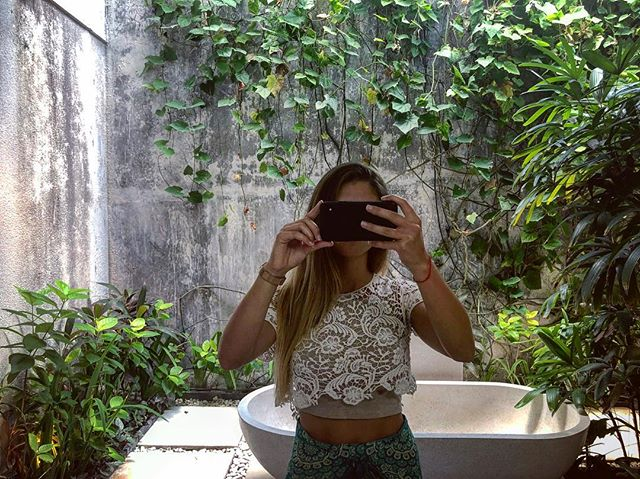 Outdoor bathroom 🌿🛀🏽 - Perk: you shower amongst greenery and feel kinda cool.  Con: every time you shower you gotta perform a mini dance to keep moving so mosquitos don't bite you. A two step & a few head turns for any potential life threatening animals (gecko, lizard, spider, killer frog)🦎🐸🕷 Seriously, don't drop the soap.