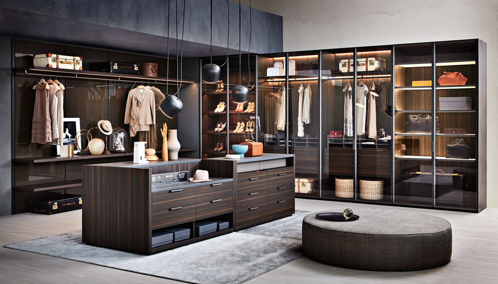 GLISS MASTER Vincent Van Duysen Gliss Master, in the sophisticated version without doors, becomes an accessorised walk-in closet that can be set up in linear and corner solutions. A particularly wide selection of internal accessories is available to design the compartments with personalised solutions to meet specific needs: hanging drawer units, extractable trays, shoe shelves, storage compartments and accessorised drawers with dividers are some of the solutions suggested.