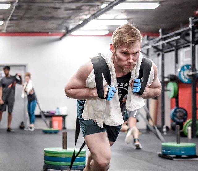 Proper protection is important when it comes to #functionalfitness. Sunday mornings with @sippin_joose -------------------------------------- -------------------------------------- 🏋️♀️ @kevmcstev 📦 @crossfit_nyc