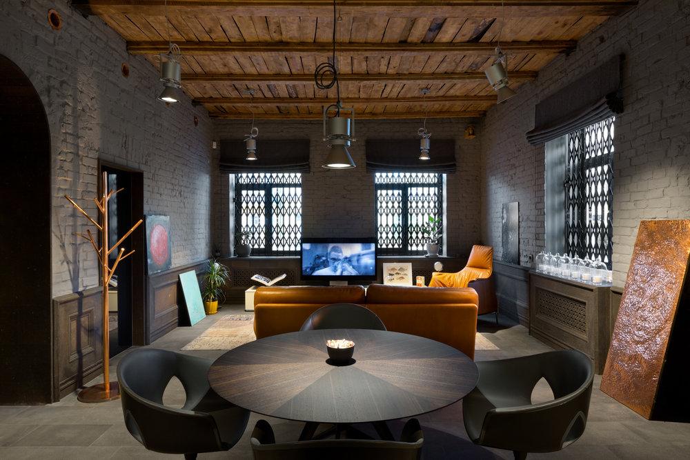 Стиль лофт в сочетании с серыми стенами и деревянными балками. Loft design - gray walls and wooden beams ceiling.