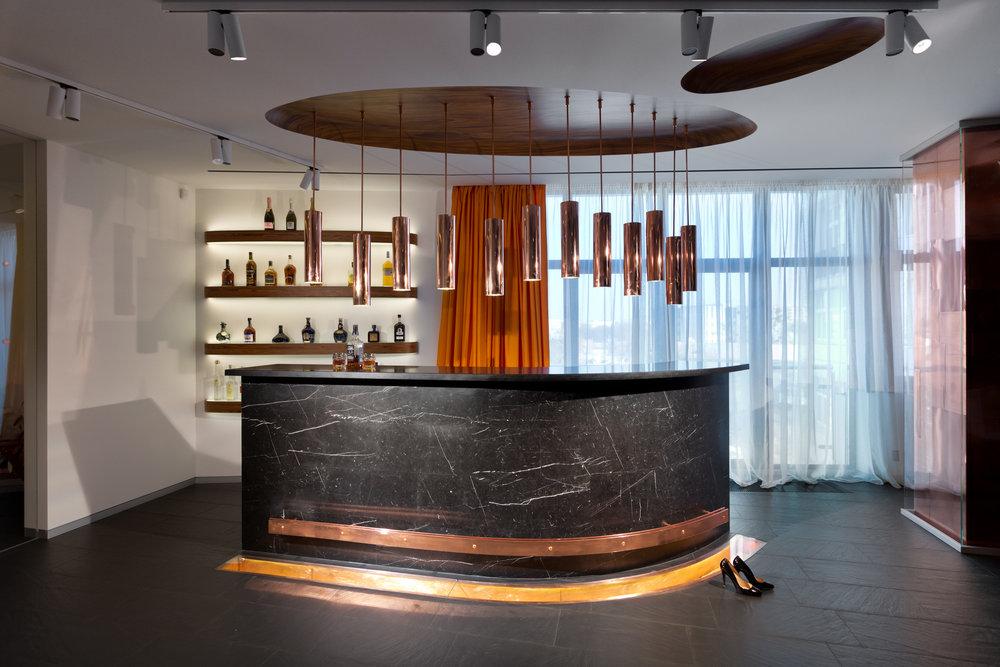 Каменная барная стойка и декоративный деревянный остров в потолке. Stoned bar counter and decorative wooden island on the ceiling.