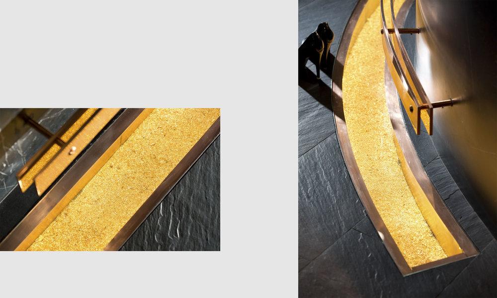 Жаркая подсвеченная медная стружка под стеклом на полу. Highlighted copper chipping located on the floor under glass.