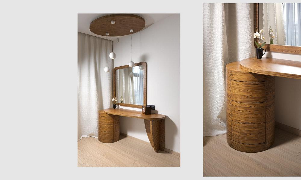 Деревянный туалетный столик. Wooden dressing table.