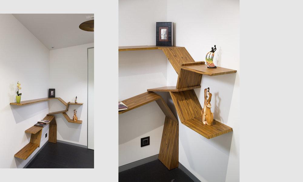 Деревянная книжная полка в белом интерьере. Wooden shelf in white interior.
