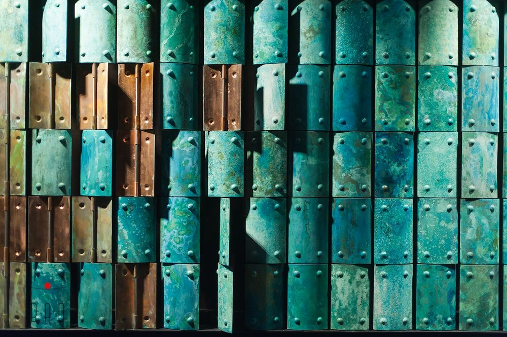 Декоративная стена изготовленаиз цветного метала под воздействием кислот. Crafted metal wall.