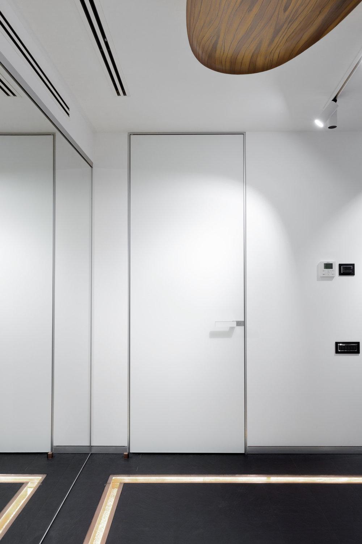 белая входная дверь в интерьере postformula