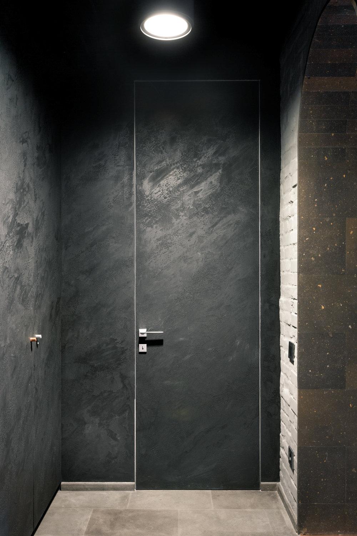 черная входная дверь в интерьере postformula