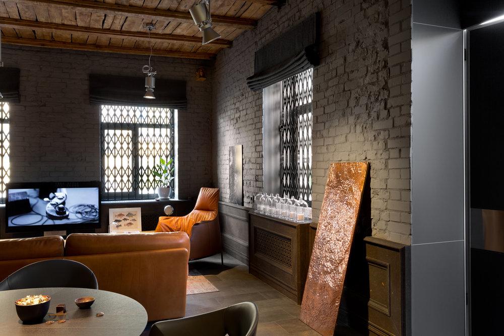 Бальзатовый пол, кирпич и медные панно. Balsat floor, brick wall and cooper decor element.