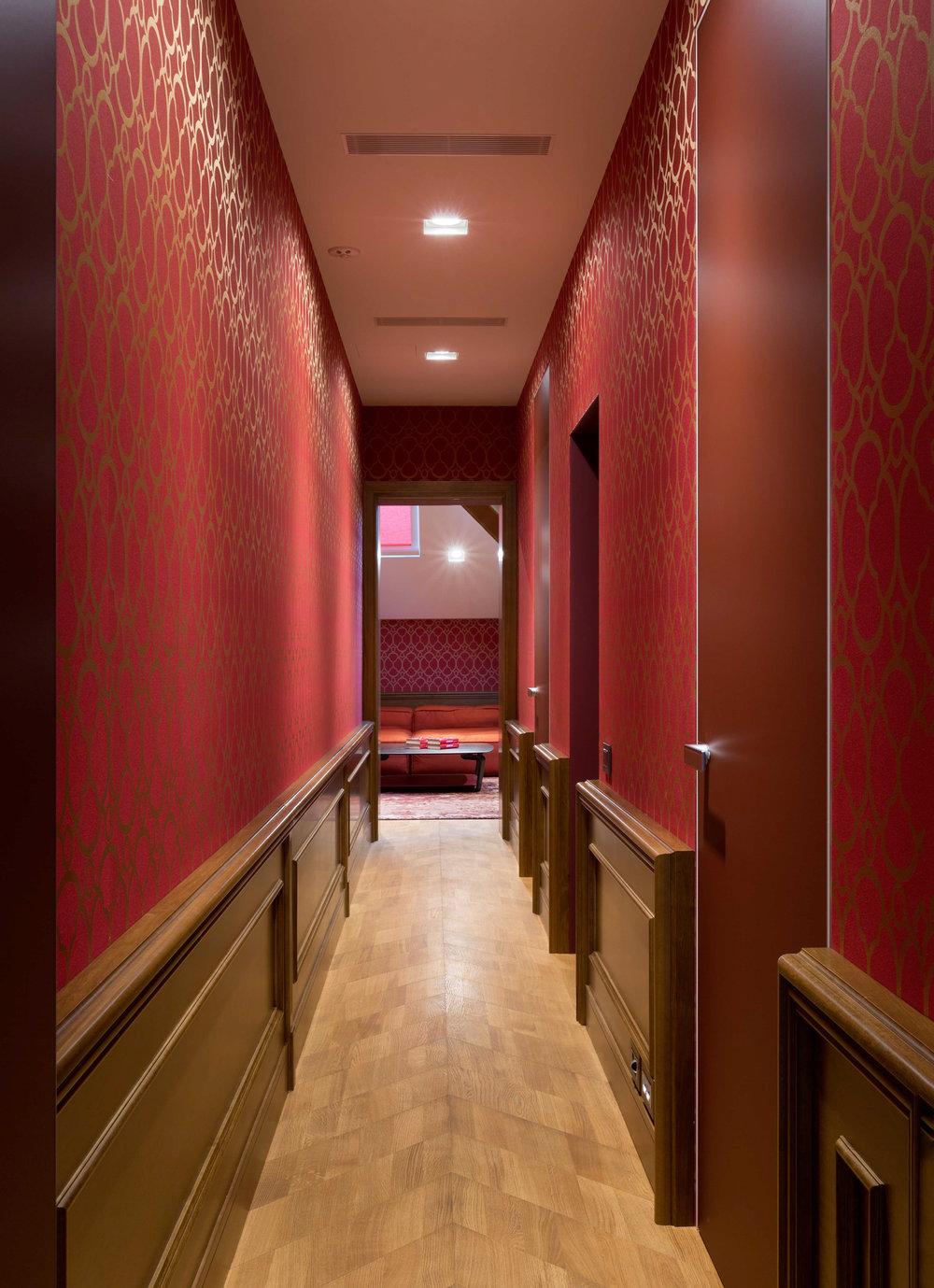 Copy of Wooden parquet in red home interior. Деревянный паркет в интерьере красных тонов.