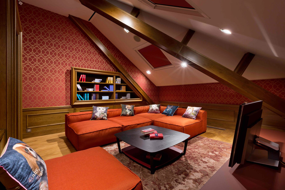 Cosy lounge room with wooden bookshelves. Уютная зона отдыха.