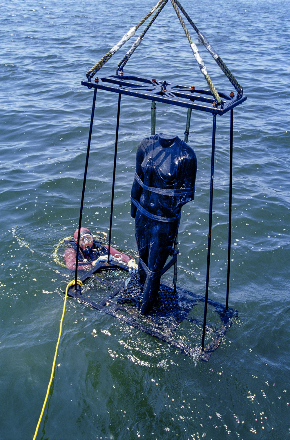 The statue of Arsinoe, mounted on frame, is being raised out of the water of Aboukir Bay, Egypt;  IEASM Excavations  Photo: Christoph Gerigk © Franck Goddio/Hil Foundation