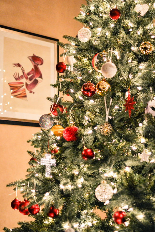 5 Ways to Decorate Your Home for the Holidays There's no better place to spread holiday cheer than in your own home. Here are five easy (and cheap) ways to spruce up your home for the holidays. And yes, there are pine cones involved ;)