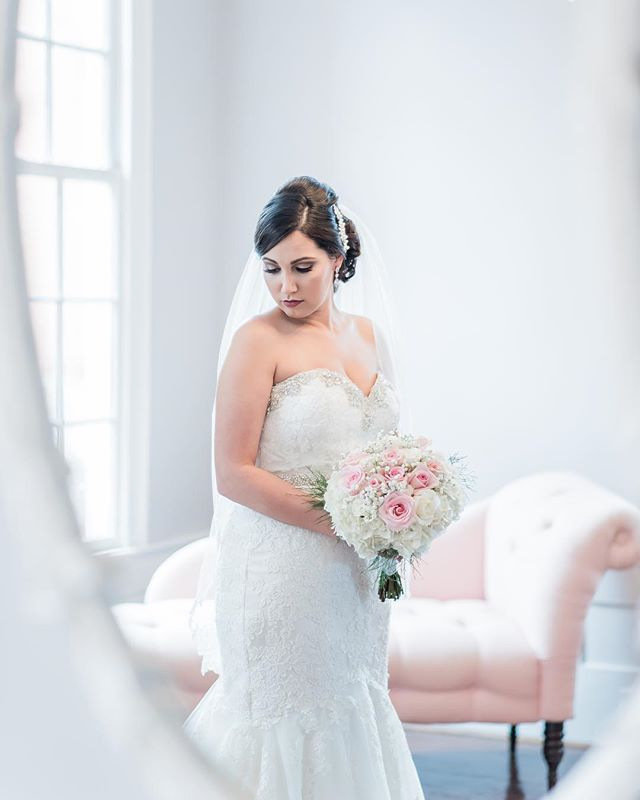 Can we just take a moment to admire this stunning bride from last weekend 👰🏻 These #bridalportraits are to die for! | 📸 @heathergunterphotography