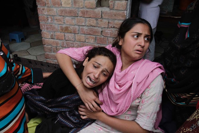 Christian women mourn dead relatives after church bombing in 2016 in Pakistan (M. Ali).jpeg