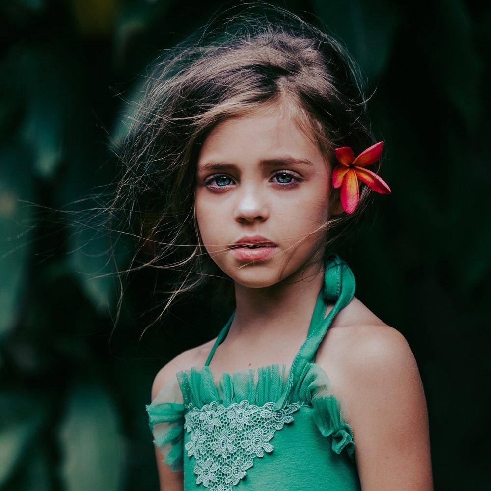 Girl+model+with+flower+-+Oahu+Children+photographer+-+Ketino+Photography.jpg