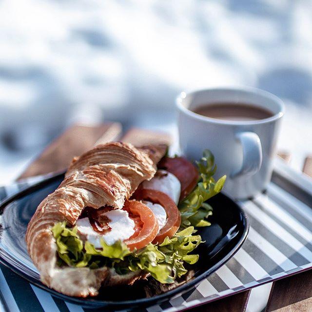 Ihanaa! Aurinko paistaa pilvettömältä taivaalta ja mikä parasta, koko viikonlopuksi on ennustettu aurinkoista säätä!☀️ Viikonloppuna herkutellaan taas lounailla ja muilla kahvilaherkuilla.😍 Café Otsolahti avoinna la-su 11-16. . #espoo #finland #visitespooo #lounas #lunch #viikonloppulounas #otsolahti #tapiola #coffee #kahvi #kahvilaespoo