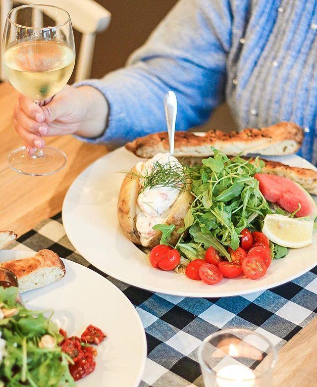 """Let's relax!☀️🌊🍷 Tuu nauttimaan viikoloppuna auringosta(toivottavasti), hyvästä ruuasta ja juomasta. Tämän kylmäsavulohi uuniperuna-annoksen lisäksi voit nauttia meidän vaihtuvista päivän lounaista. Katso tämän viikon lounaat """"lounas""""-kohokodasta, profiilistamme!✅"""